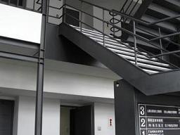 仲間由紀恵がドラマ「島根の弁護士」冒頭で駆け上がった階段