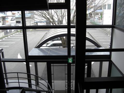 2Fフロアから駐車場を見る